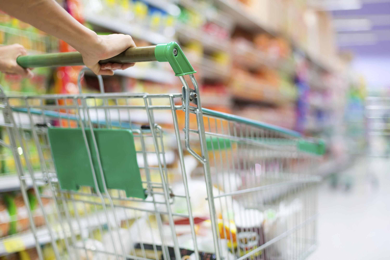 winkelwagen in supermarkt
